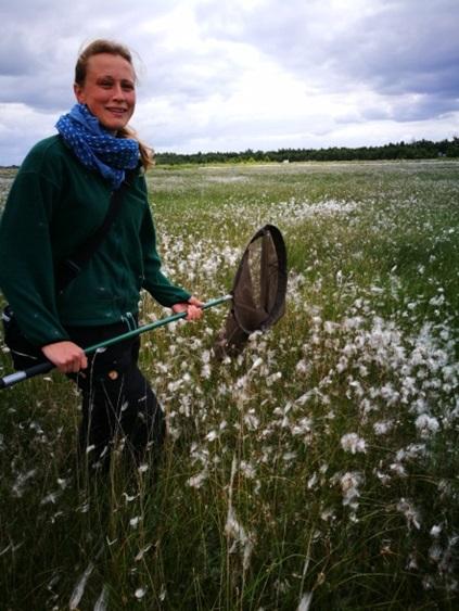 Doktorandin Lotta Zoch untersucht im Provinzialmoor das Vorkommen der Libellen