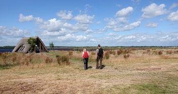Wanderer unterwegs im Naturpark Bourtanger Moor im Wanderrevier Veenland