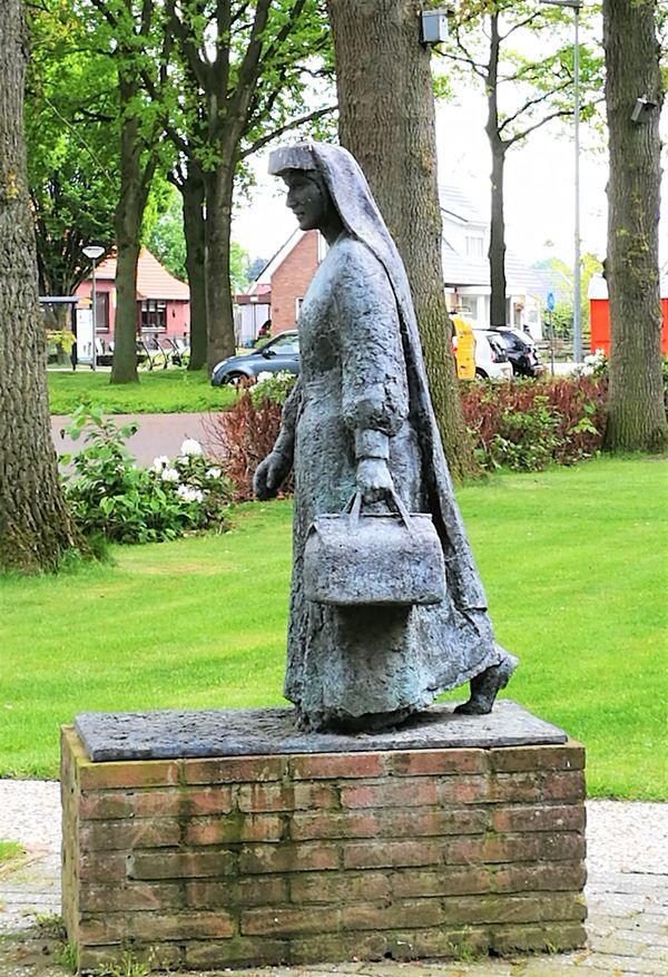 Statue Veenloopcentrum Schwester Engels